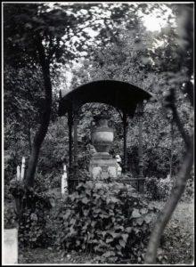 Pôvodný Alvinčiho hrob na cintoríne peštianskej Invalidovne začiatkom 20. storočia...